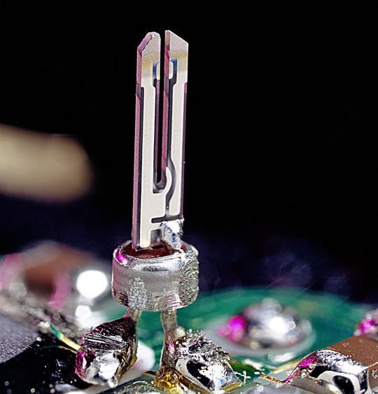 «Сердце» электронных часов — генератор частоты, в котором колеблется пластинка кристаллического кварца