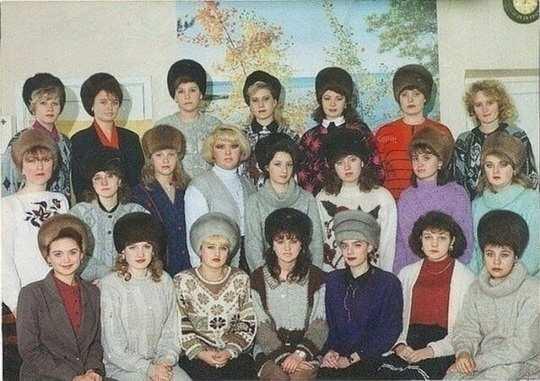 На многих фотографиях, сделанных в эпоху позднего СССР и в 1990-х годах можно увидеть, что женщины сидят в помещениях без верхней одежды, но в огромных меховых шапках.