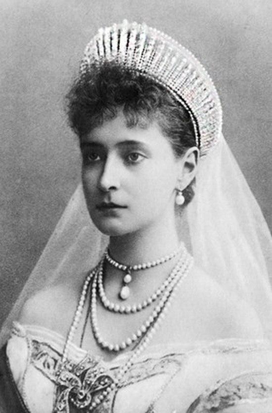 """И ее невестка - императрица Александра Федоровна, также в русской тиаре, несколько отличающейся по рисунку """"лучей"""""""