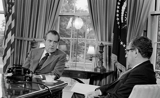 В ранних работах Киссинджера неоднократно возникает тема исторического невежества американских политиков.