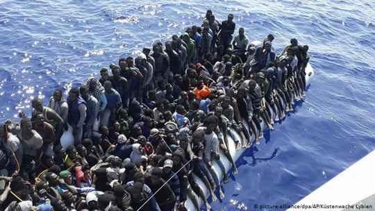В результате крушения двух лодок с беженцами у побережья Ливии утонули более 90 человек, включая женщин и детей.