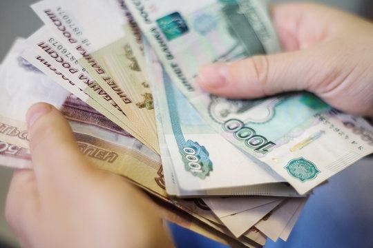 Минимальный размер оплаты труда (МРОТ) в России повысят на две тысячи рублей за два года.