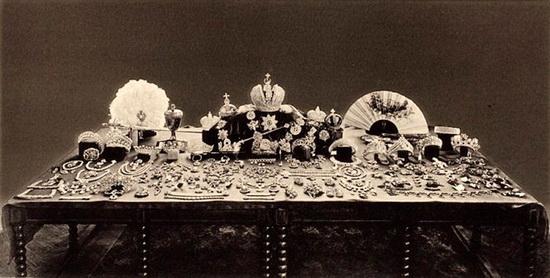 Фото, сделанное советской комиссией в 1920-х годах при оценке ювелирами драгоценностей царской семьи. Многие из них бесследно утрачены