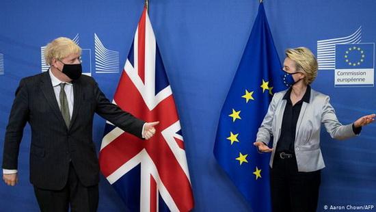 """Глава Еврокомиссии и британский премьер договорились не позднее 13 декабря определить, имеются ли шансы заключить соглашение об отношениях сторон после """"Брекзита""""."""