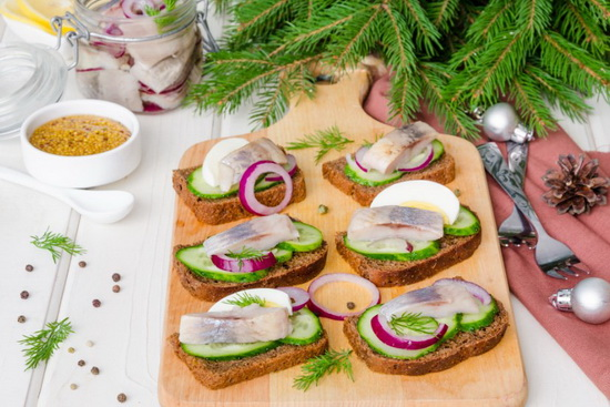 Хлебец с селедкой и соленым огурцом