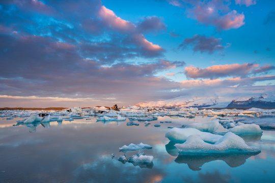 От Антарктиды откалываются айсберги размером в сотни километров, но течения обычно не дают им преодолеть границу Южного океана (60° ю. ш.).