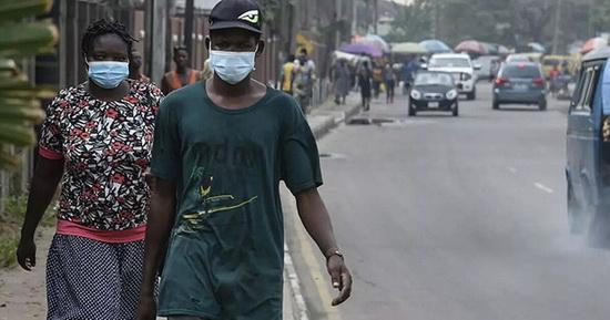 Новый штамм выявили на фоне роста в Нигерии заражений коронавирусом. По словам Нкенгасонга, за последнюю неделю Нигерия сообщила об увеличении числа случаев заболевания на 52%, а Южная Африка — на 40%. При этом никаких доказательств того, что росту заражений способствовал именно новый штамм, сейчас нет, подчеркнул он.