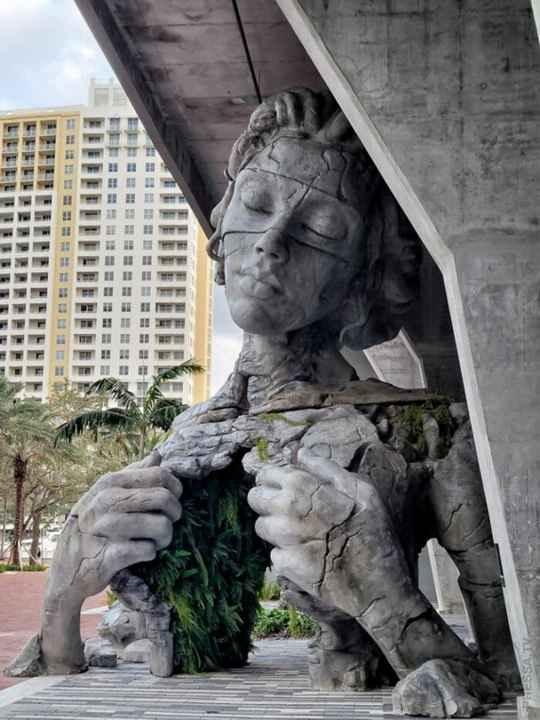 Во Флориде появился необычный памятник - 9-метровая женщина, разрывающая грудь, где вместо легких папоротник.