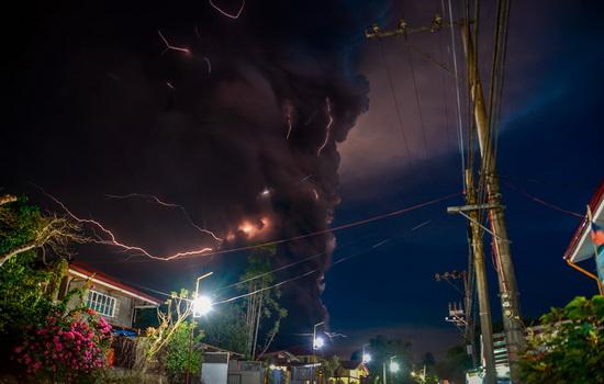 13 января вулкан Таал, расположенный на Филиппинах в 70 км от Манилы, начал извергать лаву.