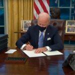 Байден подписал 15 указов, отменяющих прежние решения Трампа
