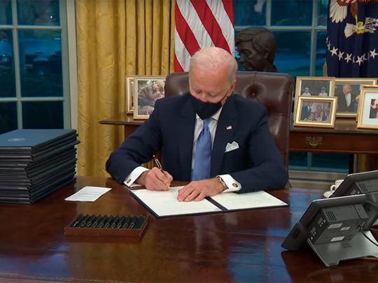 Президент США Джо Байден подписал 15 указов, среди которых распоряжение о возвращении США во Всемирную организацию здравоохранения (ВОЗ).
