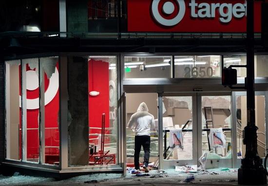 Иронично, что люди, ограбившие магазин Target в время недавних беспорядков, могут закончить в тюрьме, работая на этот самый Target