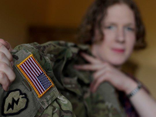 Президент США Джо Байден отменил введенный Дональдом Трампом в первый же год его правления запрет на службу в армии трансгендеров.