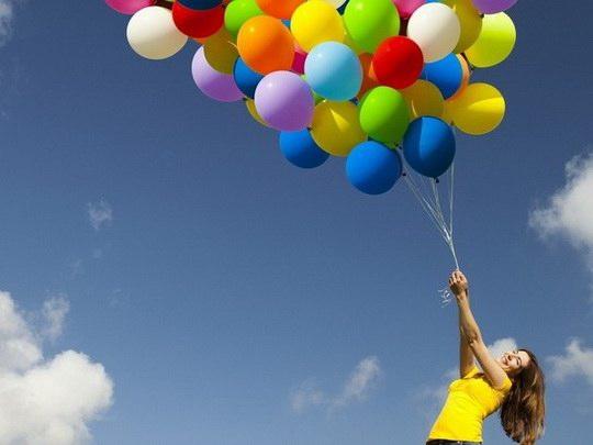Эластичные шарики, поднимаясь, раздуваются, поскольку с увеличением высоты падает внешнее давление.
