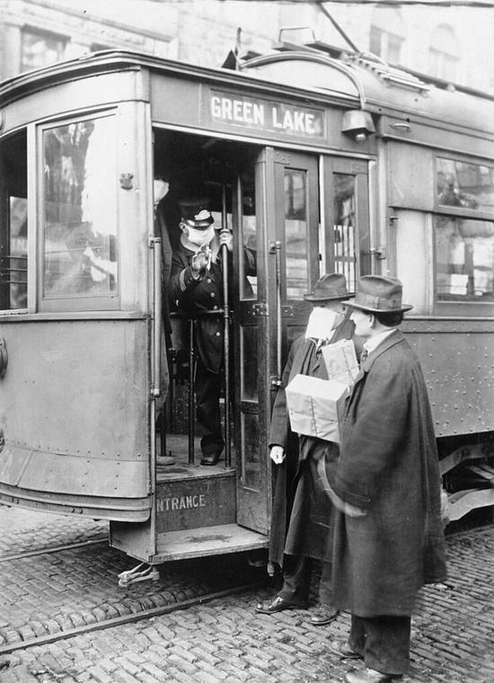 В Сиэтле во время «испанки» пассажиров пускали в общественный транспорт только в маске/ © Wikimedia Commons