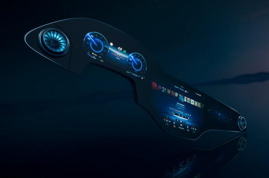 Новая разработка инженеров Mercedes-Benz представляет собой гигантскую изогнутую экранную панель, занимающую практически всю ширину салона от левой стойки до правой