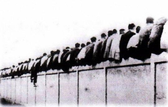В 1910-е годы стадион, на котором проводил свои матчи футбольный клуб «Барселона», не мог вместить всех желающих, и часть болельщиков сидела прямо на заборе.
