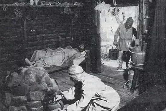 Тяжелобольной мужчина в бане. Фото конца 19 века