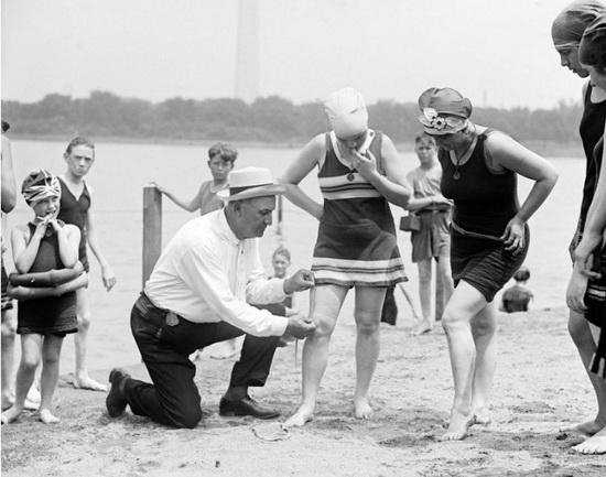 Пляжный патруль проверяет длину купальника, 1920-е гг. Источник: wikipedia.org