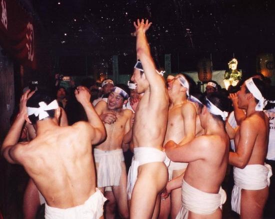 Участники японского фестиваля Хадака-мацури в повязках фундоси. Источник: wikipedia.org
