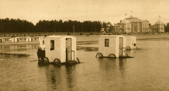 Купальные фургоны в Сестрорецке, начало 20-го века. Источник: wikipedia.org