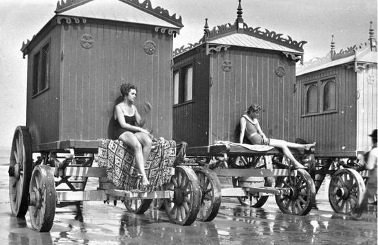 Девушки загорают в купальных машинах. Источник: wikipedia.org
