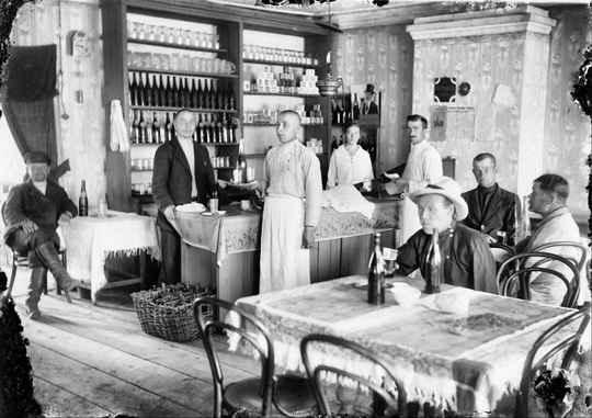 Досуг советский в 1920-е годы подражал царскому времени, разве что публика городских заведений несколько сменилась. А так – всё те же театры, кабаки и танцы.