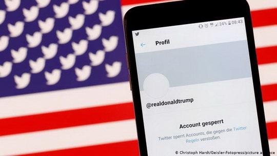 """Дональду Трампу не вернут доступ, даже если тот вернется в президентскую гонку, сообщил представитель Twitter: """"Если вас удаляют с платформы, то вас удаляют с платформы""""."""