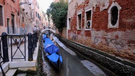 Обычной бедой Венеции являются наводнения, но в этом году из-за рекордных отливов в знаменитом итальянском городе произошло противоположное явление