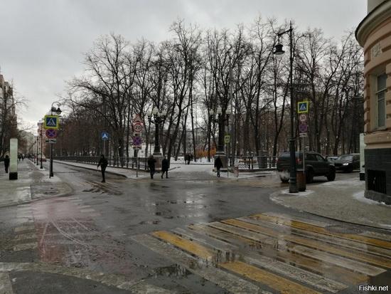 Перекресток Малой Бронной и Ермолаевского переулка (трамваи давно здесь не ходят))
