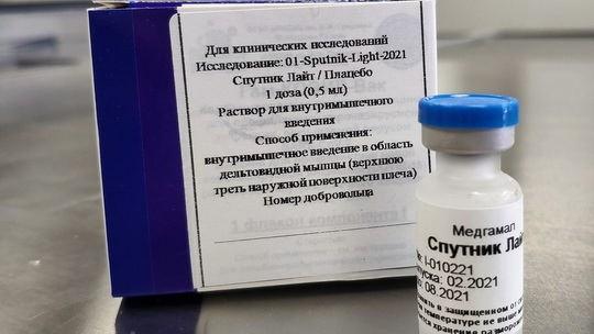 Министерство здравоохранения России приступило к регистрации вакцины от коронавирусной инфекции «Спутник Лайт».