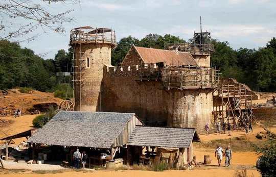 Когда смотришь на огромные каменные замки, нередко задумываешься над тем, какие же молодцы были предки, раз смогли отгрохать такую штуку!