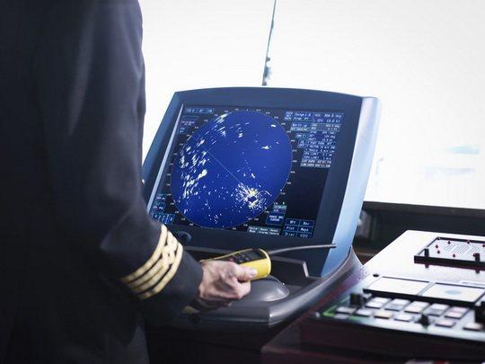На судах дальнего плавания есть штурманские хронометры, которые идут по гринвичскому времени (UTC) .