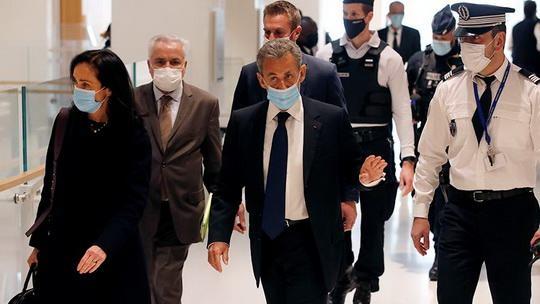 Суд Парижа в понедельник, 1 марта, признал бывшего президента страны Николя Саркози виновным по делу о коррупции и торговле влиянием, сообщает телеканал BFMTV.