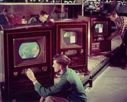 Когда в 1970-х в Израиле появились цветные телевизоры, правительство посчитало их неоправданной роскошью, способствующей социальному расслоению