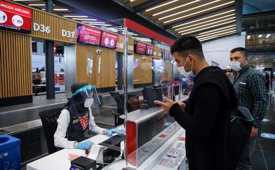 Все пассажиры самолетов, прибывающих в Турцию, в том числе граждане страны, с 15 марта обязаны за 72 часа до прилета заполнить электронную анкету, без которой им откажут в перевозке