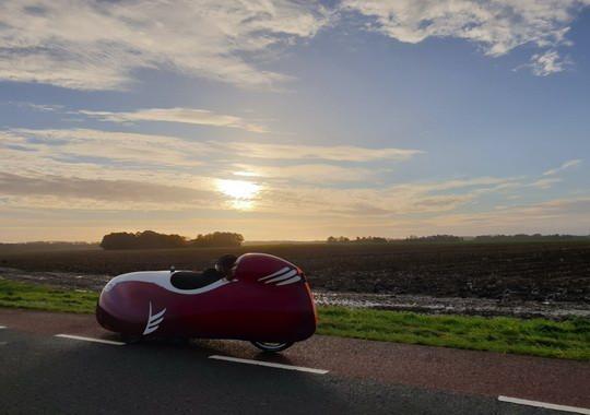 Разработчики Velomobiel заявили о создании самого скоростного серийного веломобиля Snoek (с нидерландского языка - щука) с уникальными аэродинамическими характеристиками.