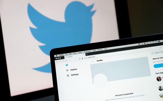 Американская соцсеть не удалила почти 3 тысячи материалов с запрещенной информацией, заявил Роскомнадзор. Twitter грозит крупный штраф.