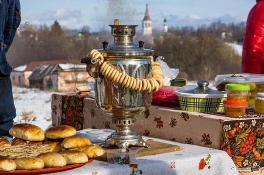 Традиционные чайные церемонии по-русски сразу представляются как душевные посиделки за самоваром с баранками.