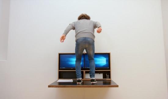 Судя по рекламным изображениям, конструкция стола достаточно прочна, чтобы выдержать даже вес своего владельца.