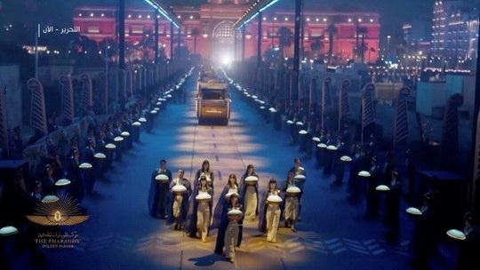 Тысячи людей в Каире наблюдали за процессией, во время которой 22 древних мумии - 18 царей и четыре царицы - перевезли из старого Египетского национального музея в новый Национальный музей египетской цивилизации
