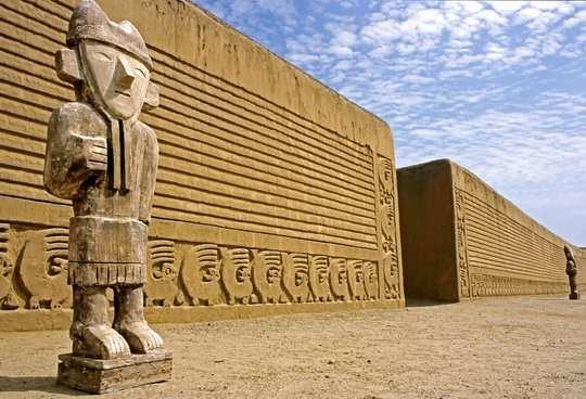 Археологический комплекс Чан-Чан (Chan Chan) расположен в долине Моче, на берегу Тихого океана, в 5км от города Трухильо и в 550 км от Лимы.