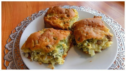 Простой в приготовление пирог с начинкой из свежей капусты с фаршем приготовленный на заливном тесте.