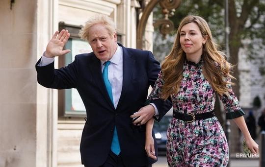 Премьер-министр Британии Борис Джонсон женился на своей подруге Кэрри Саймондс