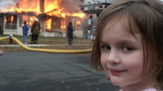 """Американка Зои Рот, прославившаяся как героиня мема Disaster Girl (""""Девочка-катастрофа""""), монетизировала свою популярность."""