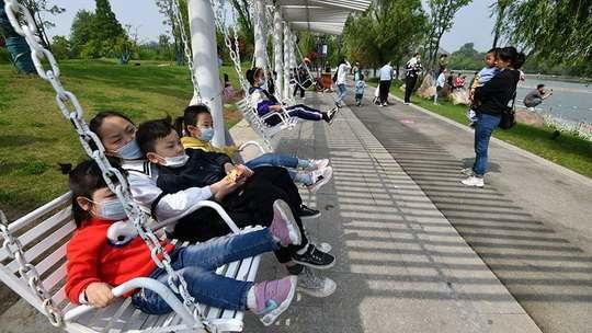 Власти Китая объявили в понедельник, что супружеским парам теперь можно заводить трех детей.