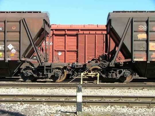 Если машинист локомотива попытается сразу резко начать движение поезда вперед, когда сцепки вагонов натянуты, то поезд может не сдвинуться с места