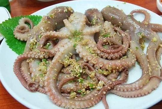 Блюдо корейской кухни саннакчи, готовится из порезанного живого осьминога, приправленного кунжутным маслом.