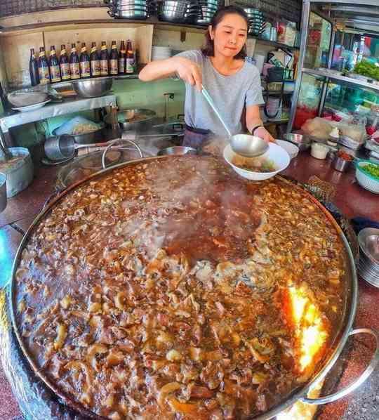В районе Эккамай есть ресторан Wattana Panich, где готовят на большом воке очень насыщенное мясное рагу с бульоном.