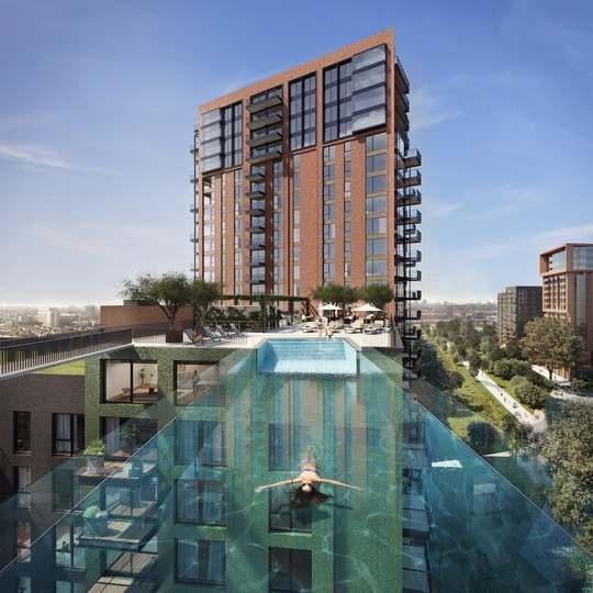 Покупатели квартир в новом жилом комплексе Embassy Gardens в Лондоне получат уникальную возможность переплывать между двумя зданиями